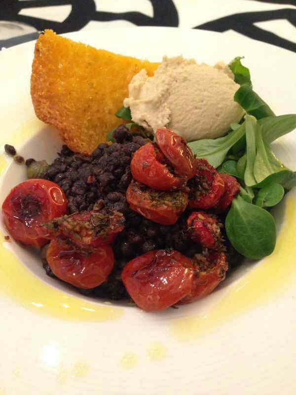 Ricette ghiotte per celiaci:  lenticchie Beluga con quenelle di hummus e pomodorini confit